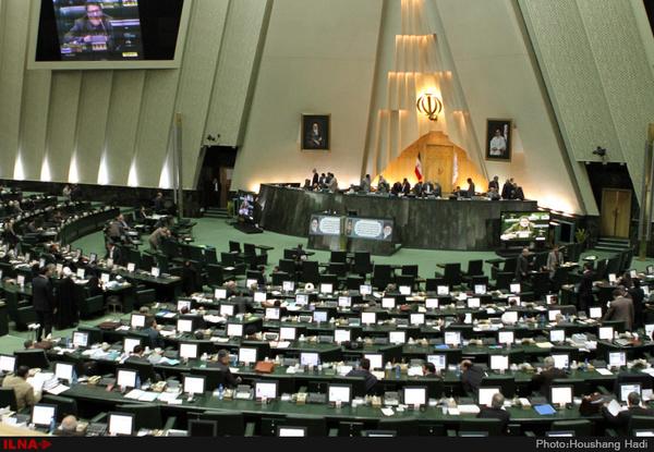 این آقای نماینده مجلس از کجا عکس می گیرد!/ تصویر