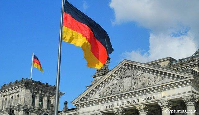 سفیر آلمان در حال خوردن شلغم / عکس