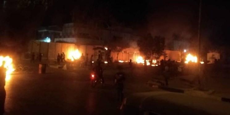 آتش زدن دیوار خارجی کنسولگری ایران در کربلا / صابرین نیوز: نیروهای امنیتی با آشوبگران درگیر شدند