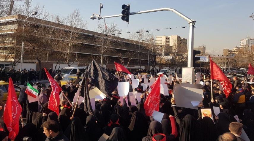 جمعی از طلاب و دانشجویان در برابر سفارت انگلیس تجمع کردند+عکس