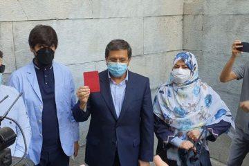 عبدالناصر همتی در حسینیه ارشاد رأی خود را به صندوق انداخت